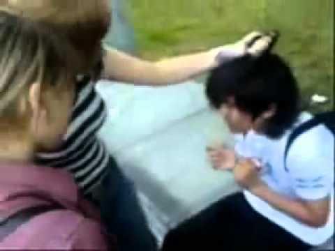 Девочки жестоко бъют мальчиков