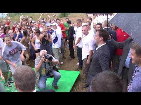 Президент Медведев танцевал на Селигере